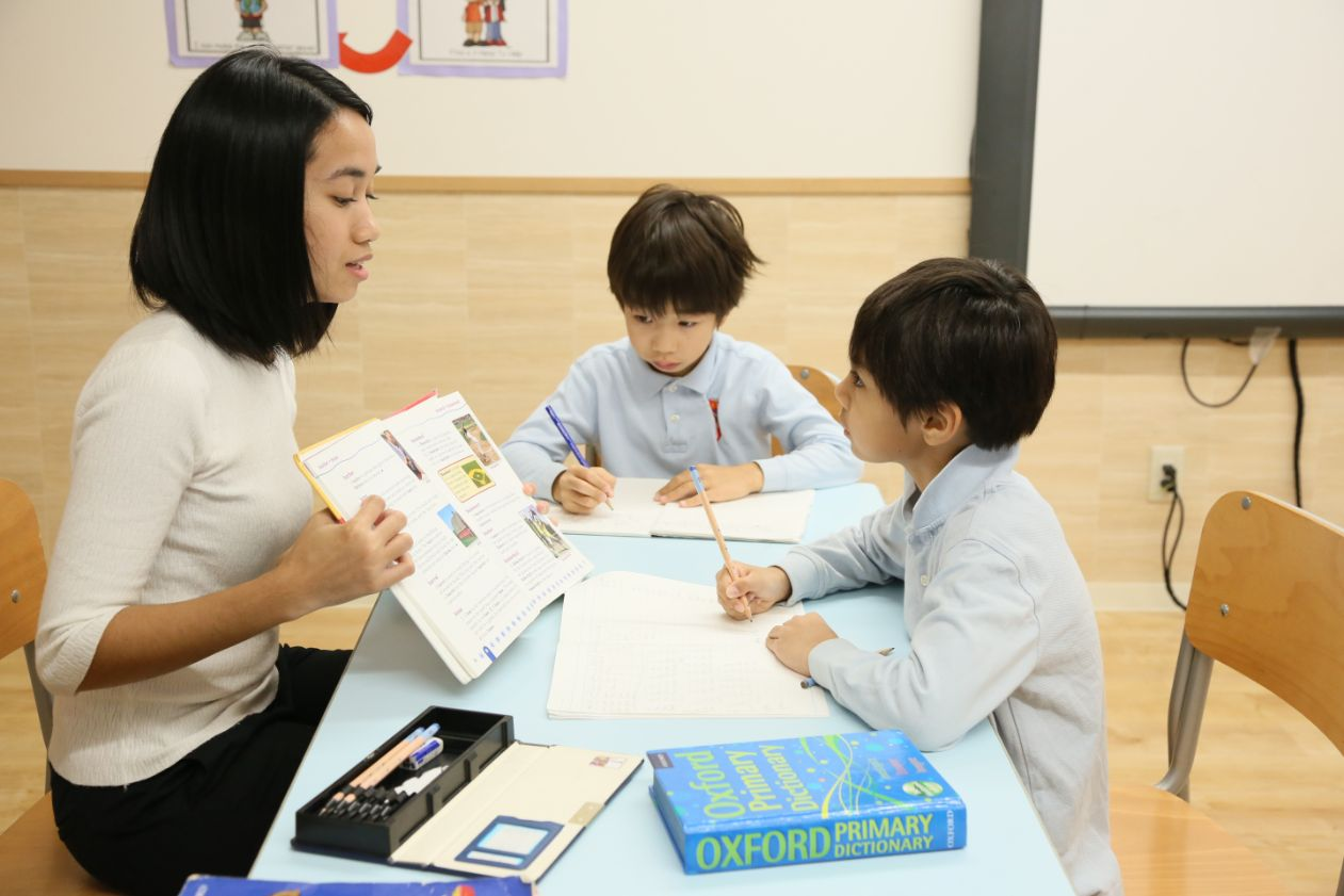 SIS teacher teaches English as a additional language to SIS students at Shinagawa International School