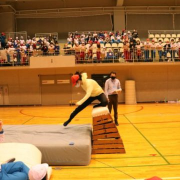 Grade 6 students are doing high jump in Sport's Day 2020