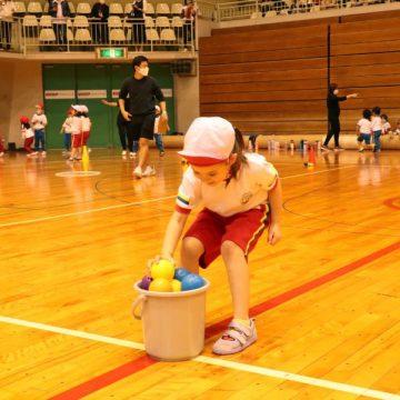 Kindergarten students who doing ball relay