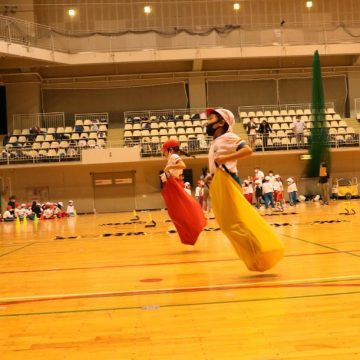 Primary Years Students race with sacks
