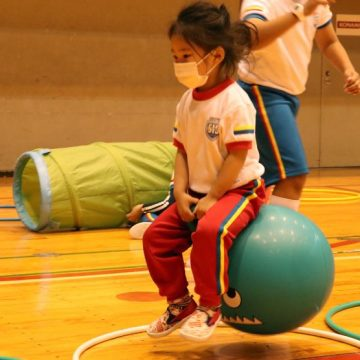 Early years students who doing obstacles course