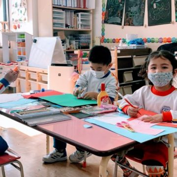Preschool students are drawing at classroom